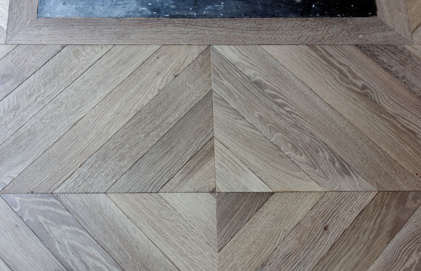 closeup of the changing direction of the chevron parquet floor parquets de tradition 187. Black Bedroom Furniture Sets. Home Design Ideas